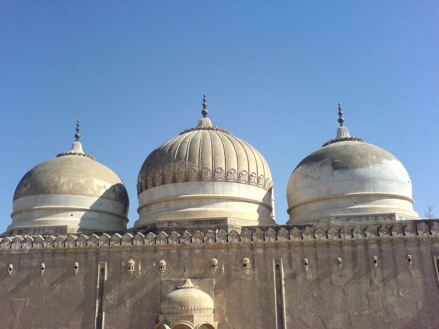the-mosque-is-near-the-derawar-fort-built-300-years-ago-with-white-marble1